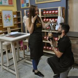 Двама млади влюбени един в друг и в кафето
